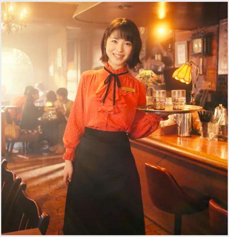 ヴァルキリーコネクト(ヴァルコネ)CMの赤い服の可愛い女性店員は誰?