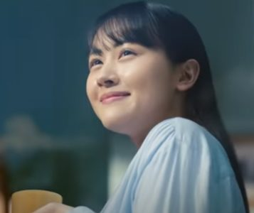 エアコン『ノクリア』CMで外の景色を見ながら笑顔を浮かべる黒髪ロングヘアーの女優は誰?