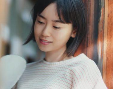 『Amazon Prime Video忘れられない夏』CM縁側でうちわを仰いでいる女優は誰?